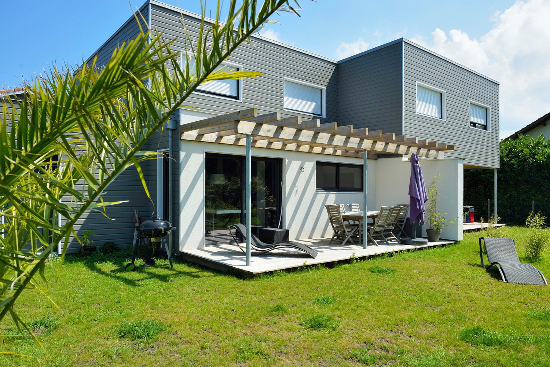 amenagement exterieur terrasse bois pergola maison landes 40